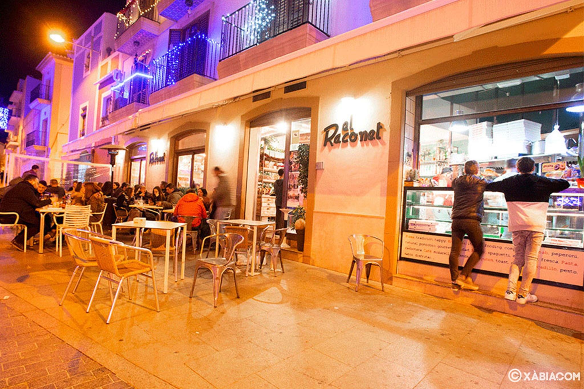 Fachada y mesas en el exterior – El Raconet