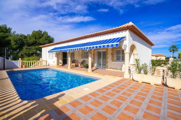 Fachada de una casa de vacaciones en Jávea - Aguila Rent a Villa