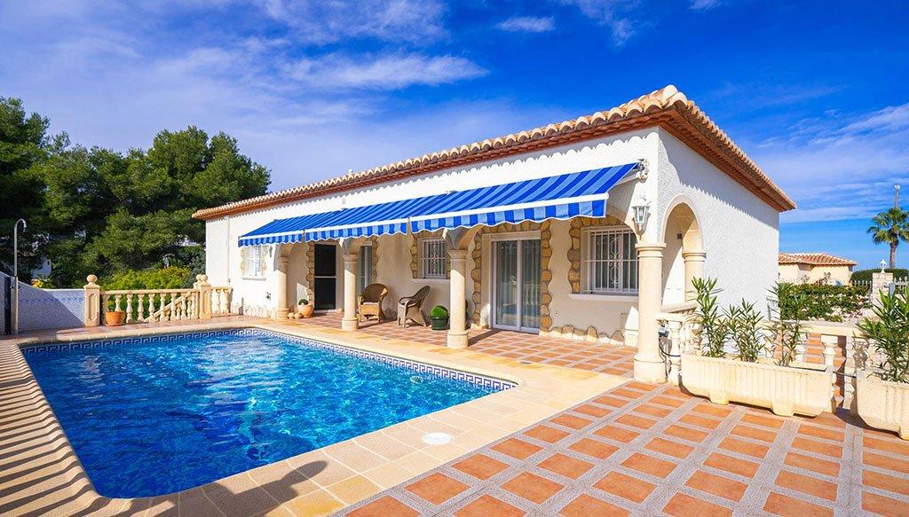 Fachada de una casa de vacaciones para seis personas – Aguila Rent a Villa