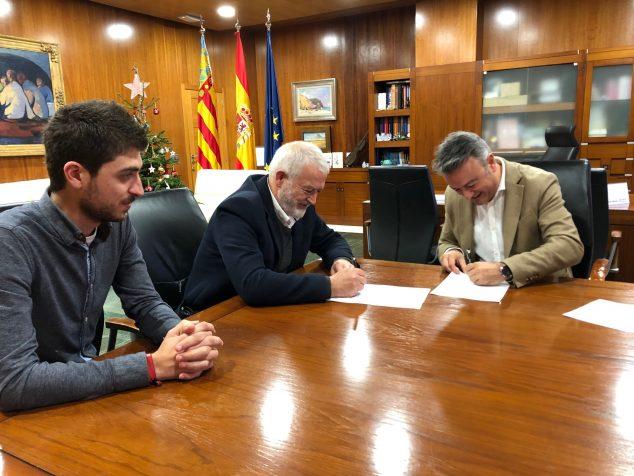 Imagen: Firma del contrato de construcción del Puente de Triana entre el Ayuntamiento y la empresa Vilor SL