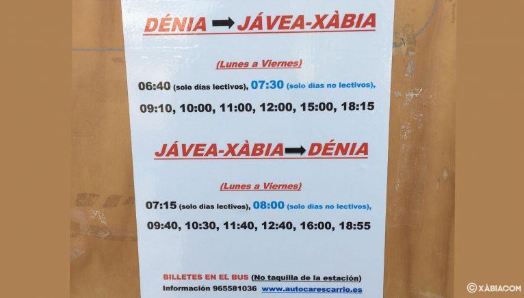 Folleto informativo sobre los horarios entre Dénia y Jávea colgado en la estación de autobuses