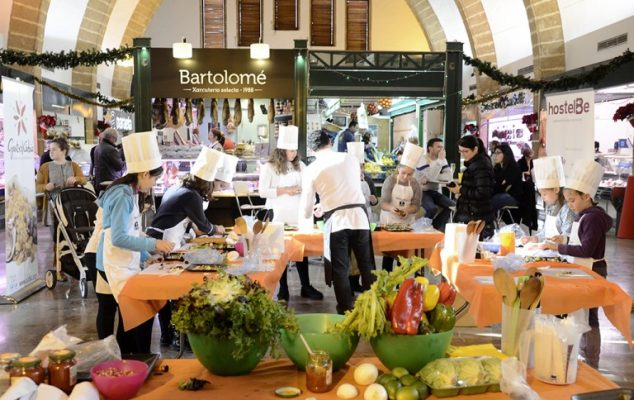 Imagen: Foto de archivo de un taller de cocina en el Mercat de Xàbia