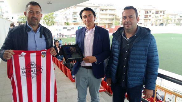 Imagen: Gerente de Miralbo con los directivos del CD Jávea