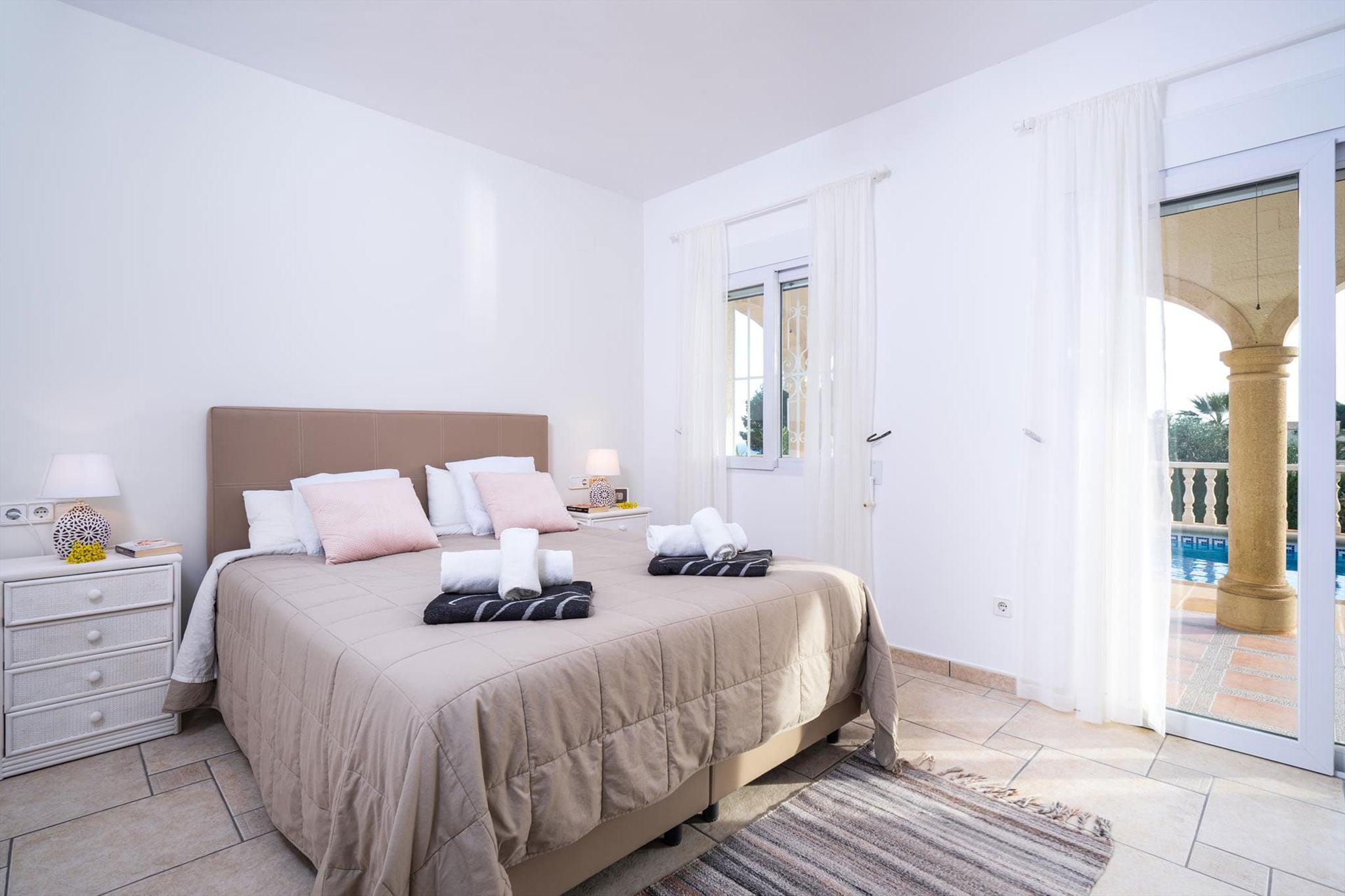 Una de las tres habitaciones de un alquiler vacacional en Jávea – Aguila Rent a Villa