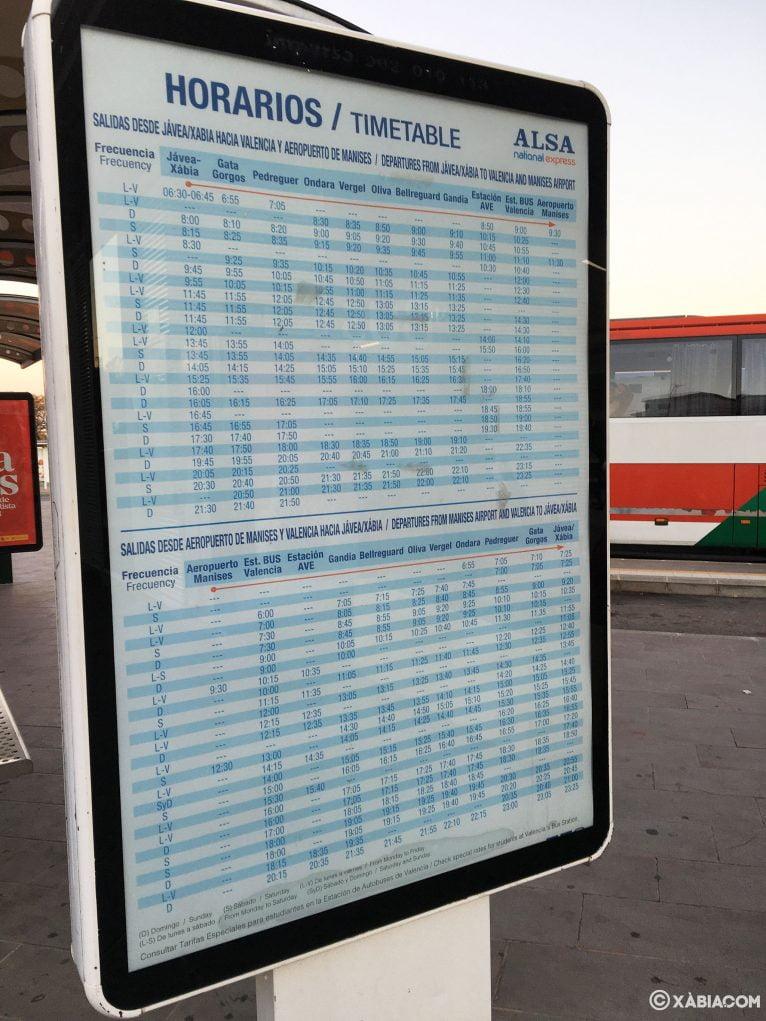 Panel informativo de los horarios de autobús de Jávea a Valencia y de Valencia a Jávea