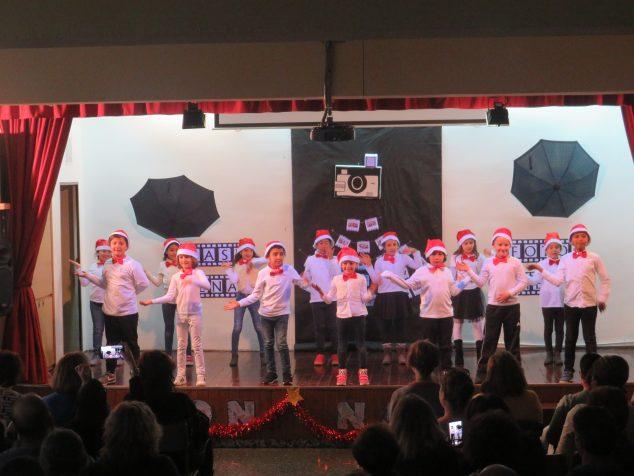 Imagen: Actuación de los escolares del Vicente Tena