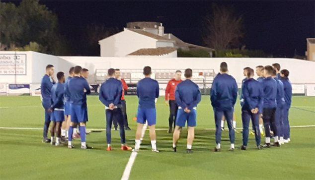 Imatge: Jugadors de l'CD Xàbia entrenant amb Roberto Granero