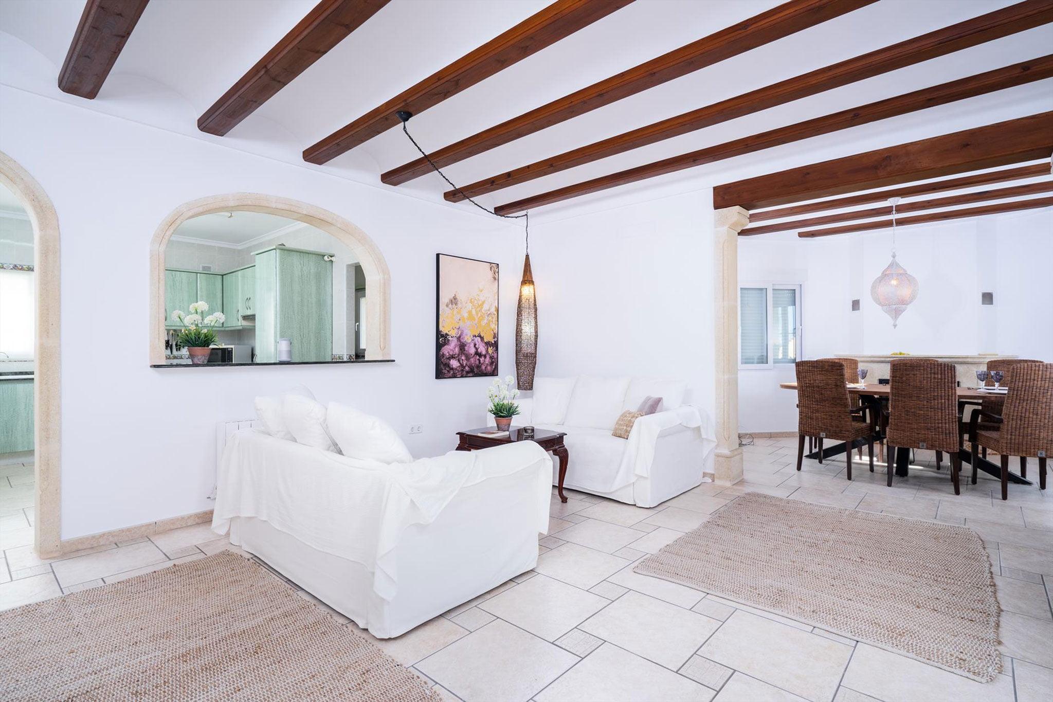 Luminoso y moderno salón en una casa de vacaciones – Aguila Rent a Villa