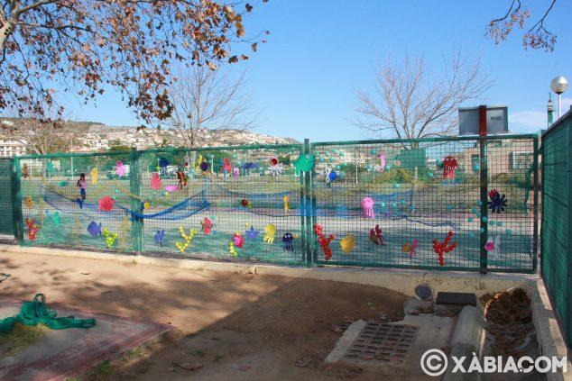 Imagen: Valla decorada en el patio del colegio Trenc d'Alba