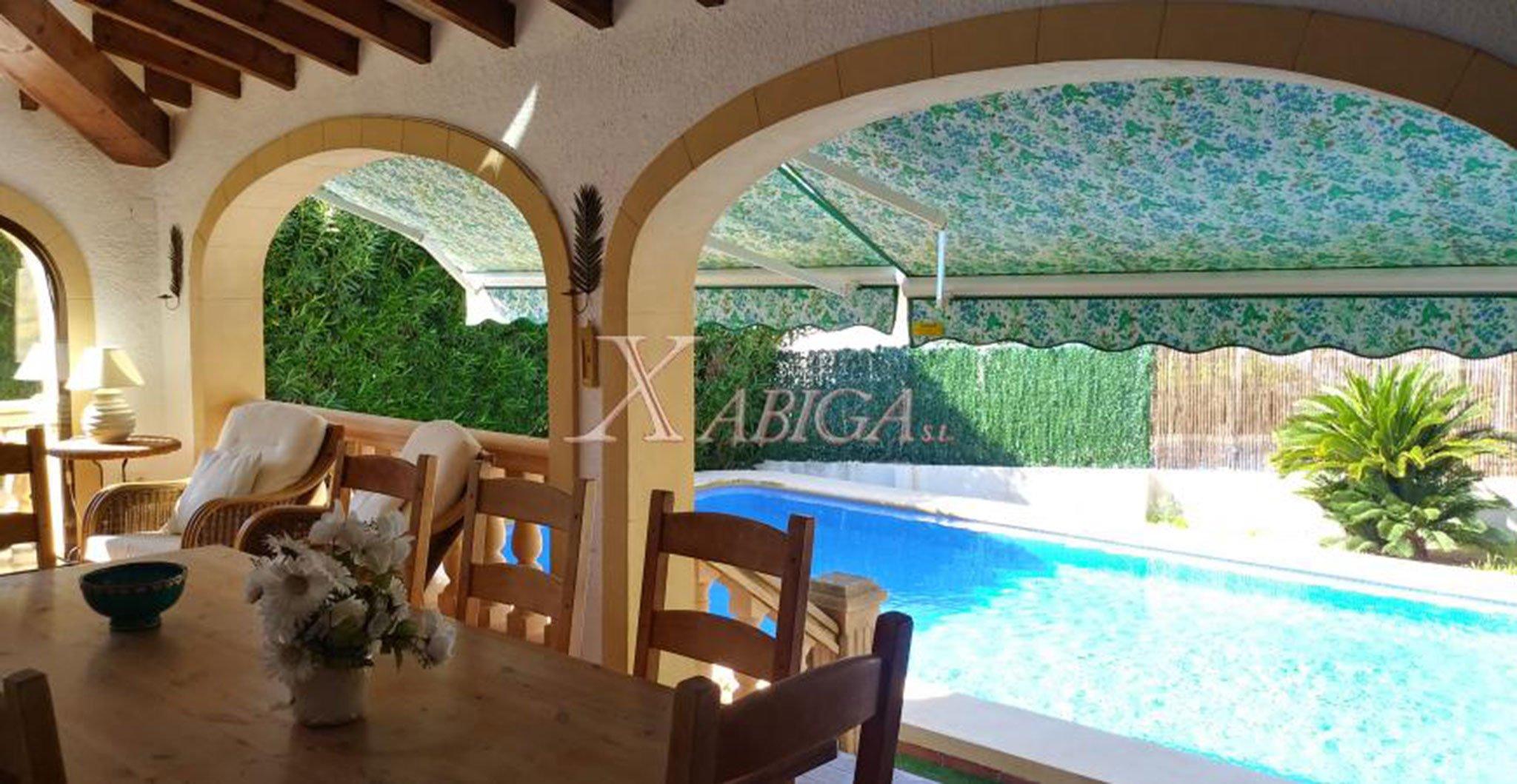 Ventanales con vistas a la piscina en una casa en venta – Xabiga Inmobiliaria