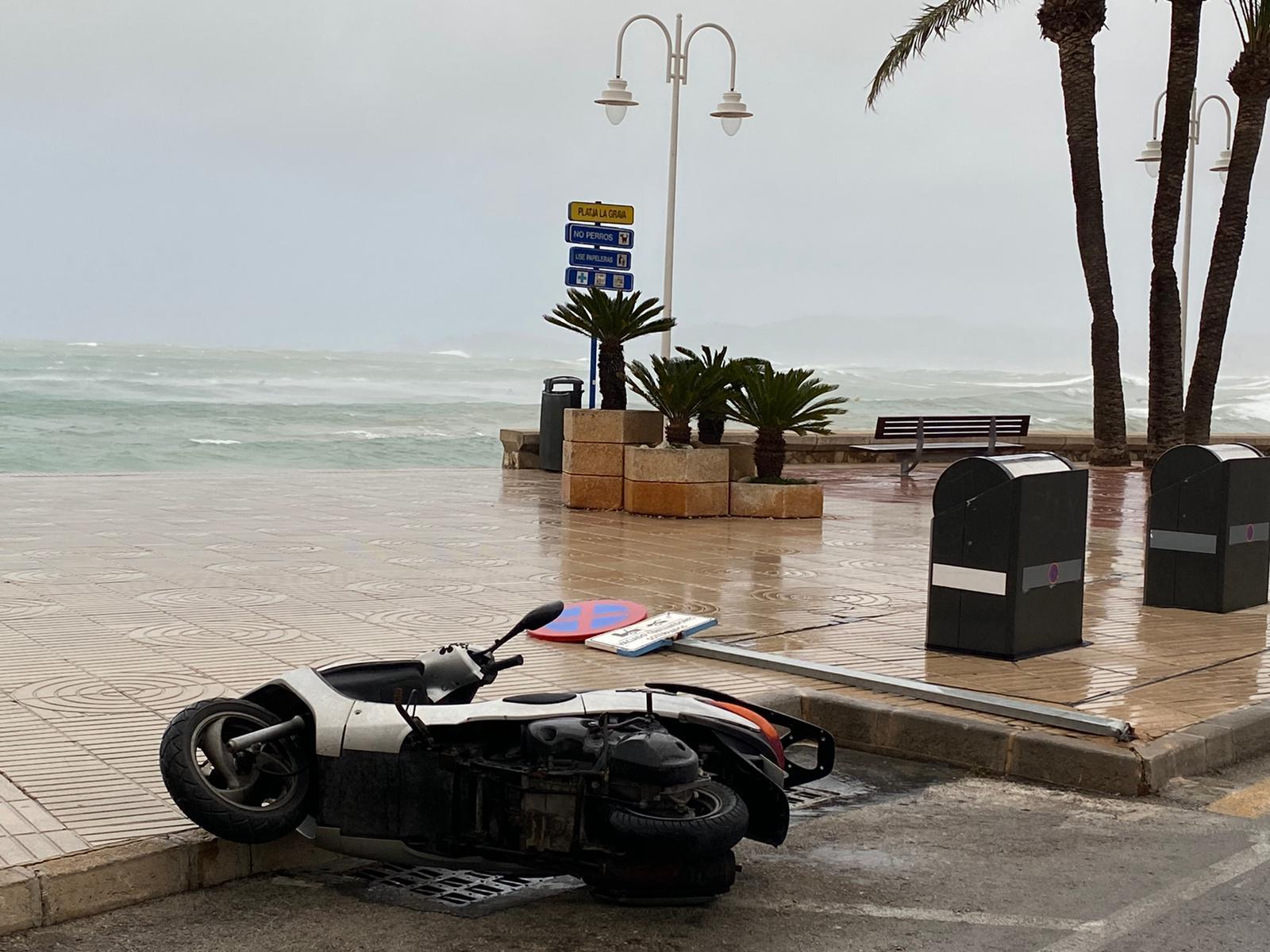 Una motocicleta cae a causa del viento
