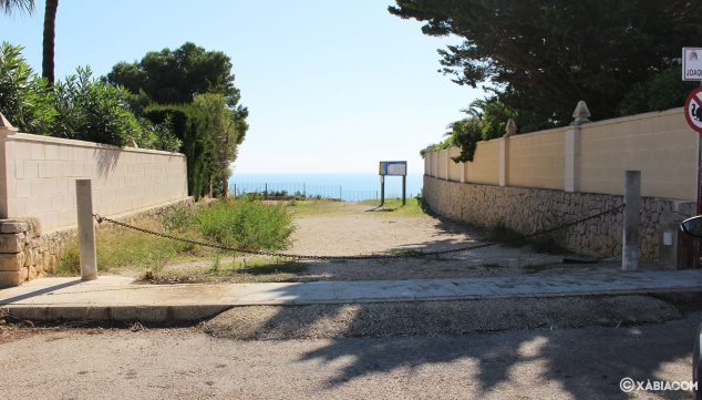 Imagen: Camino por el que se llega al mirador de Les Pesqueres, cortado con una cadena