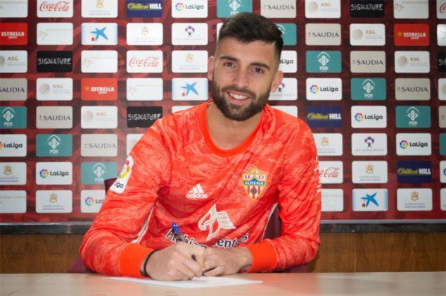 Imagen: Antonio Sivera firmando con su nuevo equipo