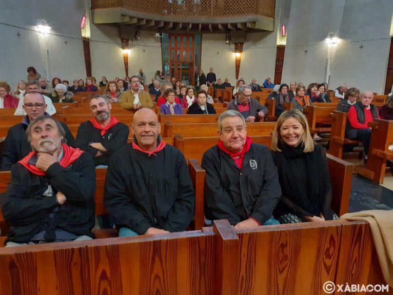 Autoritats i components de la Penya La Burrera a la missa