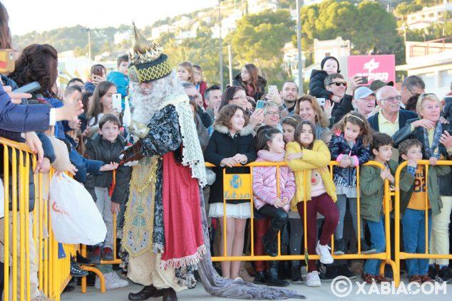Imagen: Melchor saluda a los niños y niñas a su llegada al puerto