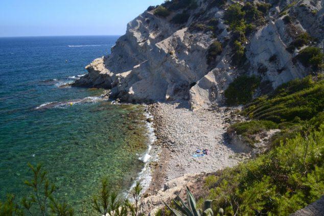 Imagen: Cala Blanca, la zona de costa que mantuvo virgen André Lambert, y donde se instaló en Jávea (Foto: Asociación Amics del Museu de Xàbia)