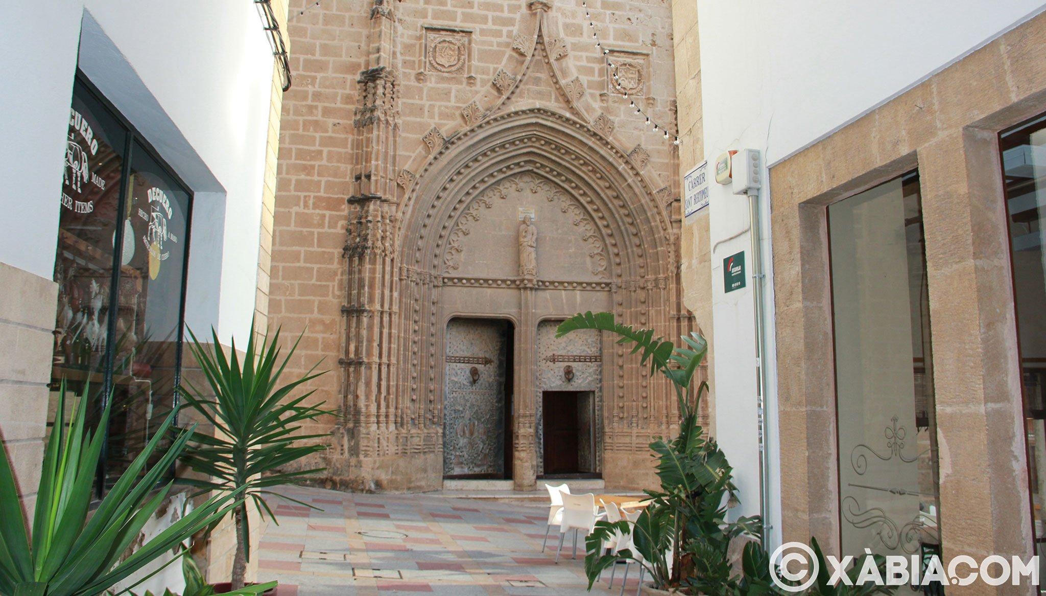 De charmantes rues autour de l'église forteresse de San Bartolomé de Jávea