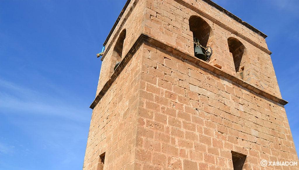 Vista muy próxima del campanario de la iglesia fortaleza de San Bartolomé de Jávea