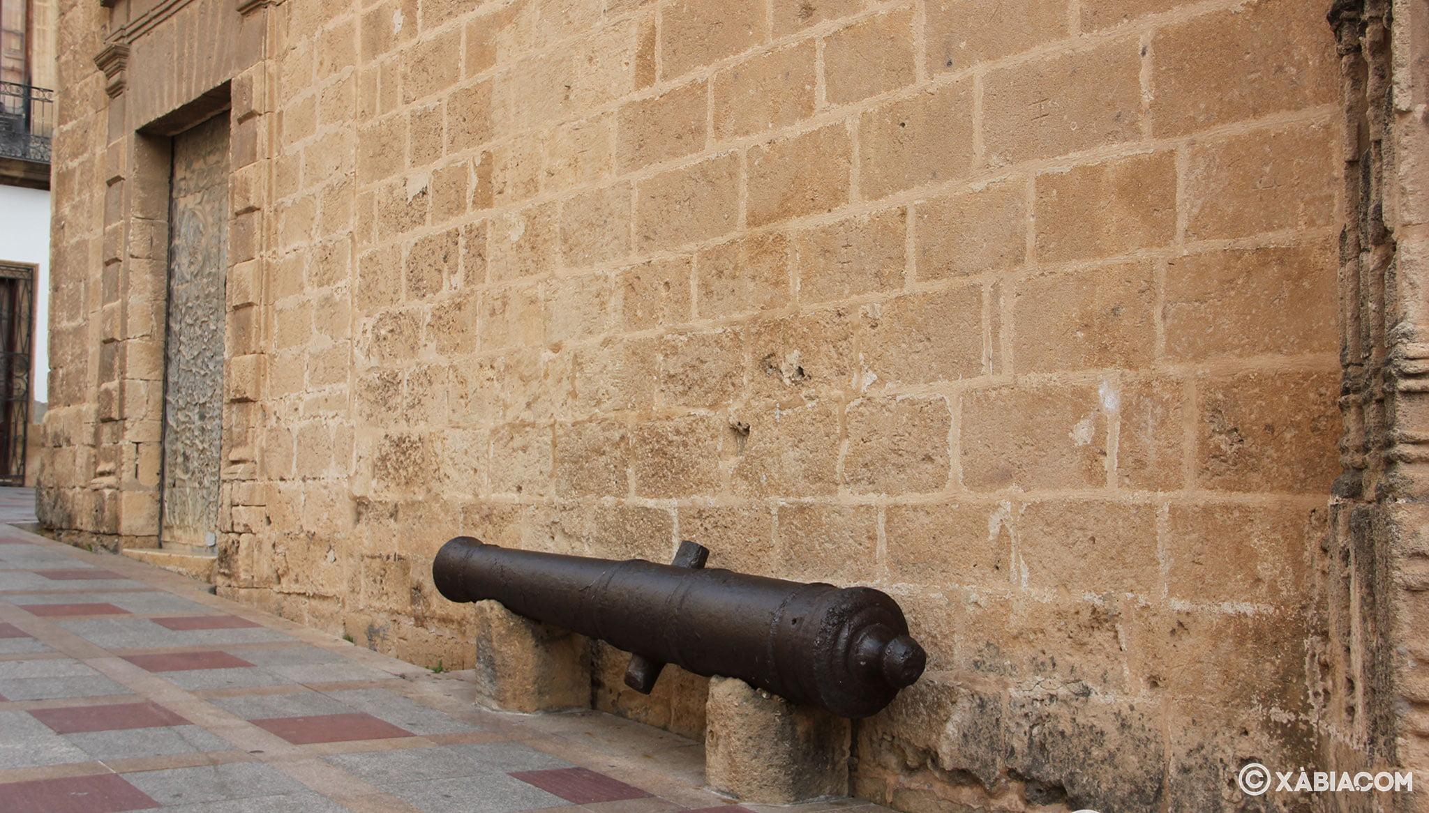 Vista lateral de un cañón en los muros de la Iglesia de San Bartolomé de Jávea