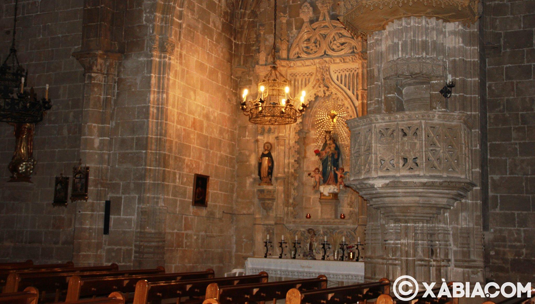 Capilla y púlpito en el interior de la Iglesia Fortaleza de San Bartolomé