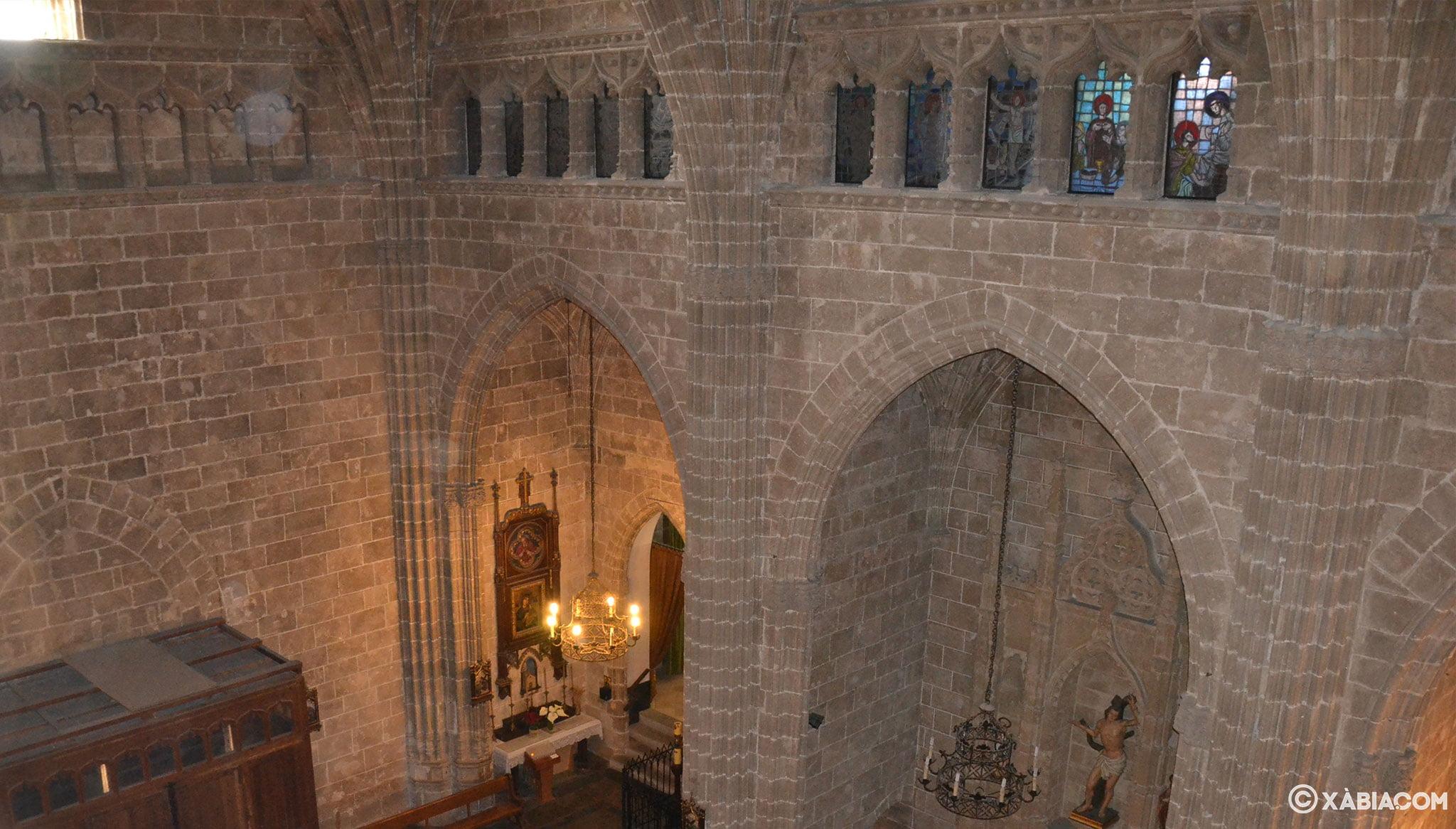 Capillas laterías y pequeña galería en la iglesia de San Bartolomé de Jávea