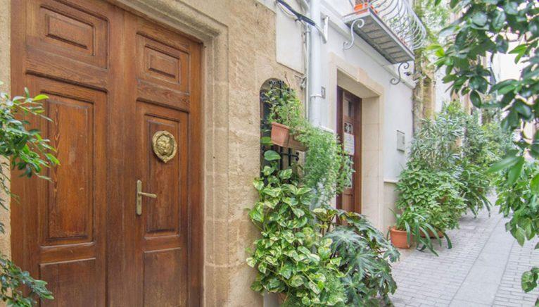 Portón antic en una casa de poble a Xàbia - MORAGUESPONS Mediterranean Houses