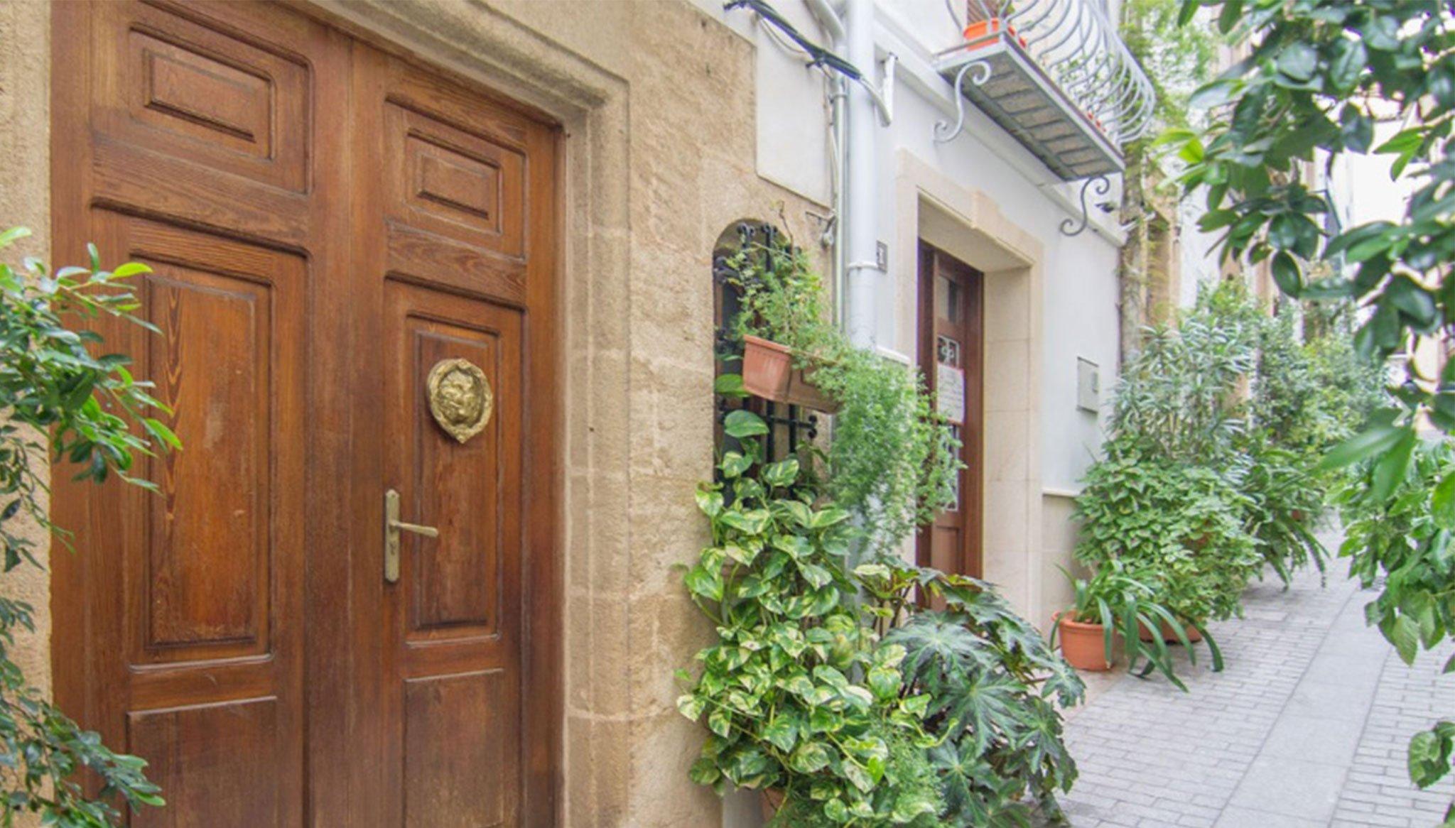 Porta d'entrada a una casa de poble en venda al centre de Xàbia - MORAGUESPONS Mediterranean Houses