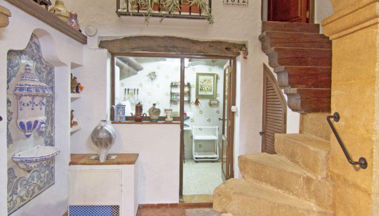 Cuina i escales d'una casa de poble a Xàbia - MORAGUESPONS Mediterranean Houses