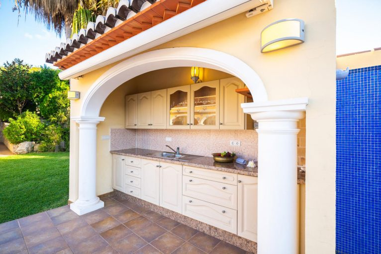 Cocina exterior en una casa de vacaciones en Jávea - Aguila Rent a Villa