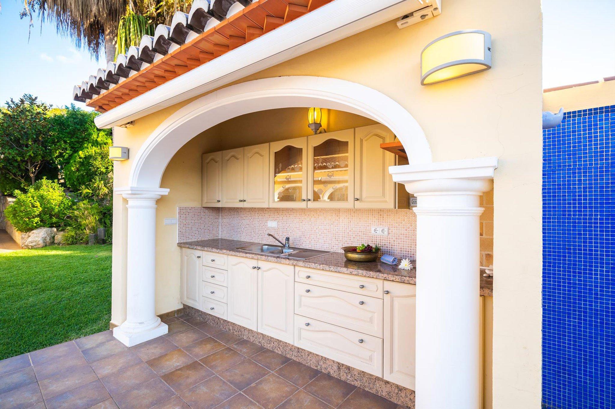 Cocina exterior en una casa de vacaciones en Jávea – Aguila Rent a Villa