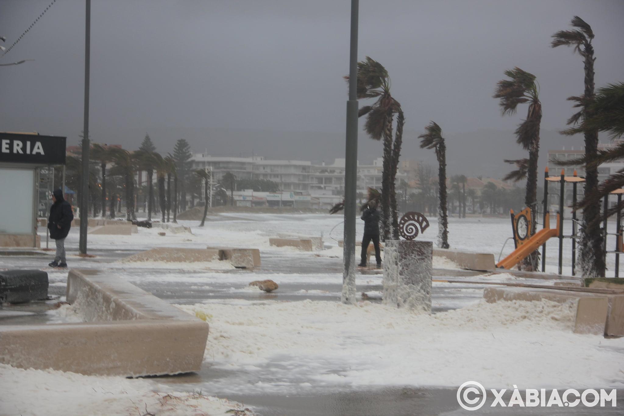 Pluie, vent et tempête de mer déchiquetés à Xàbia