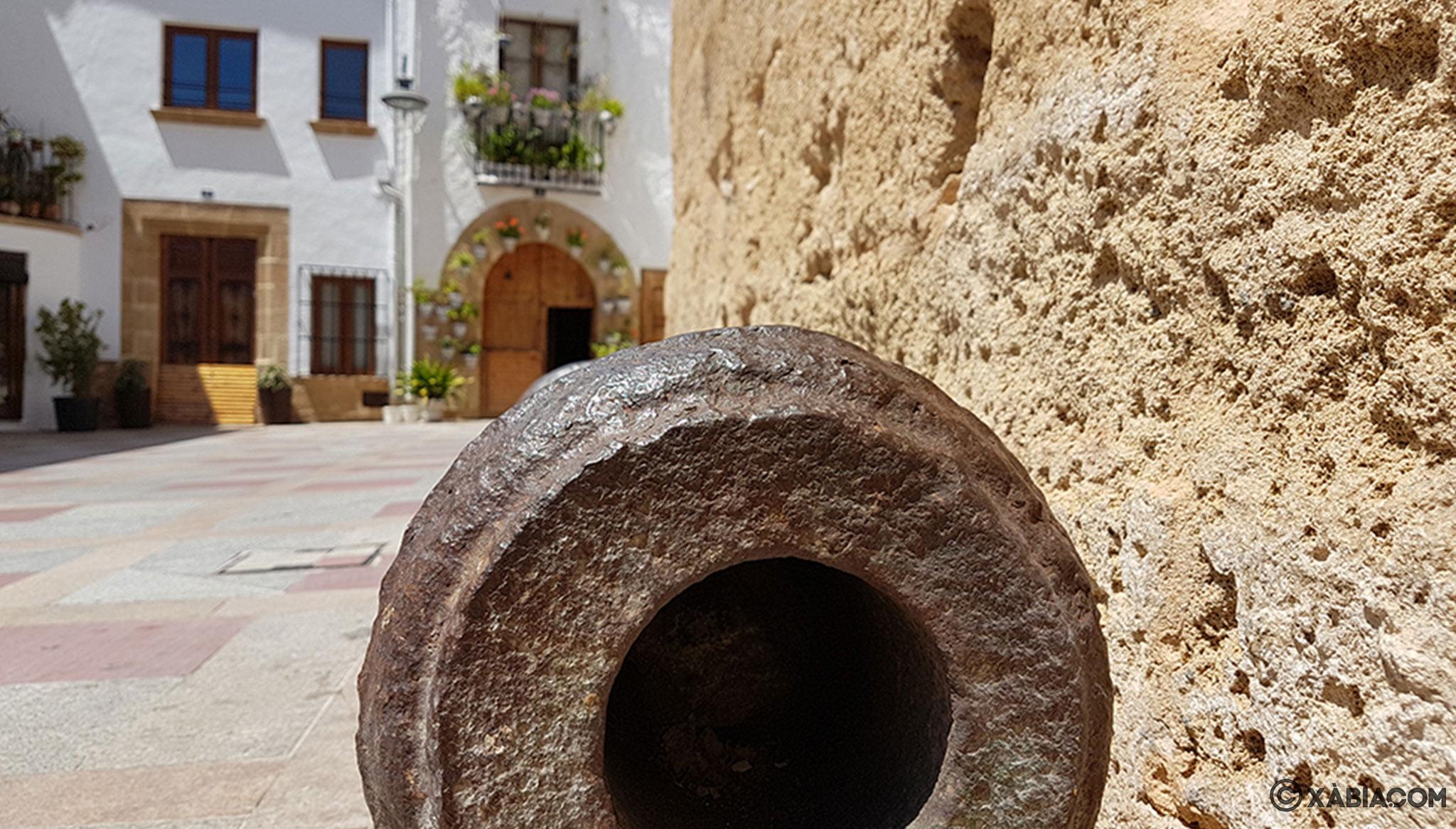 Detalle de un cañón en el exterior de la Iglesia de San Bartolomé de Jávea