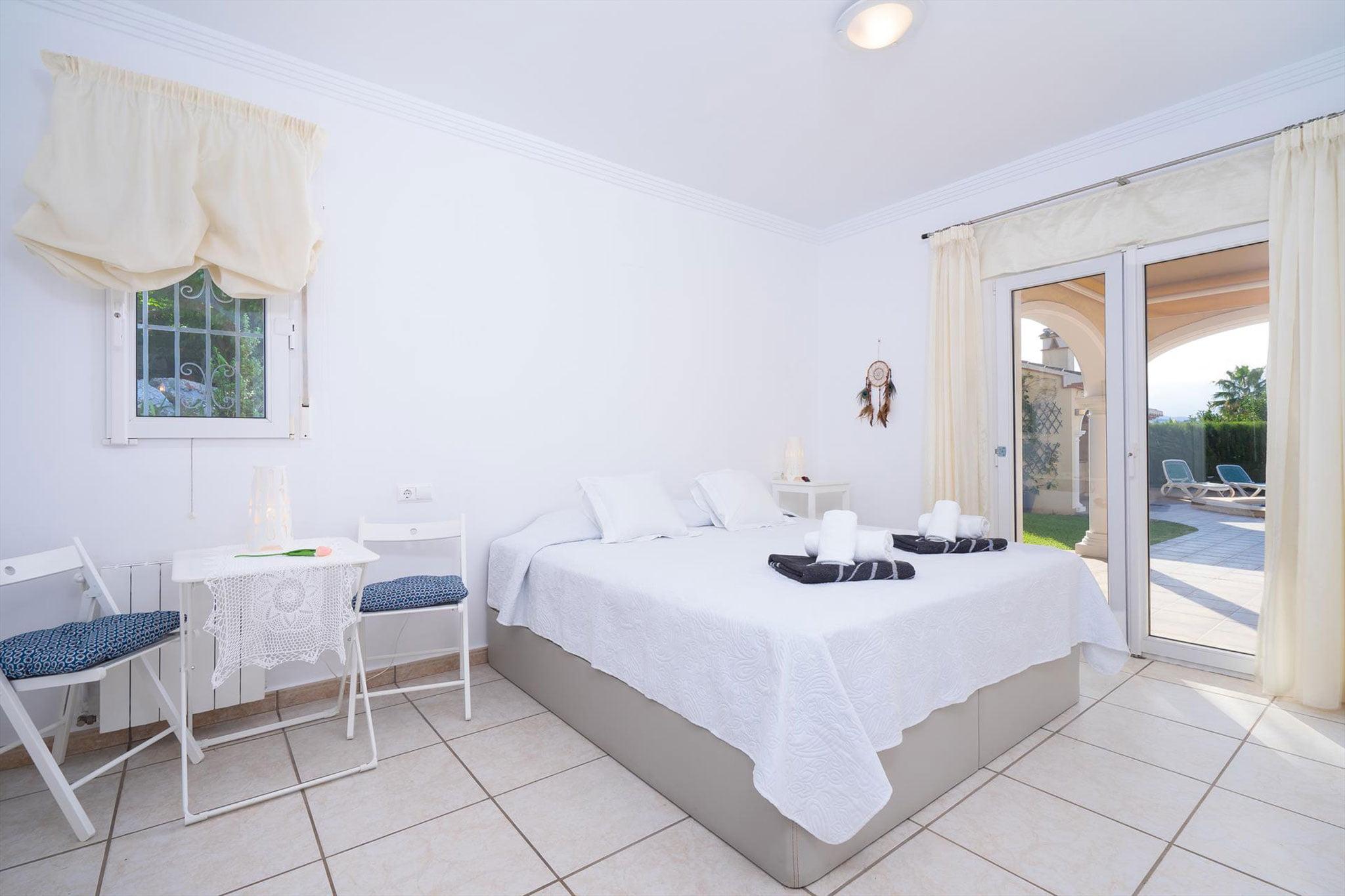 Uno de los tres dormitorios de una casa de vacaciones en Jávea – Aguila Rent a Villa