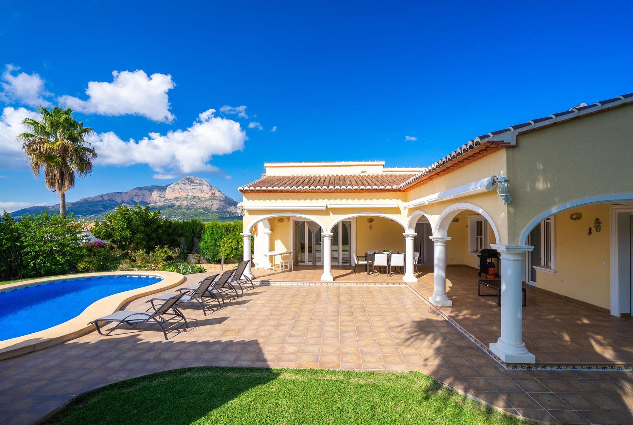 Precioso entorno con jardín, piscina y vistas al Montgó – Aguila Rent a Villa