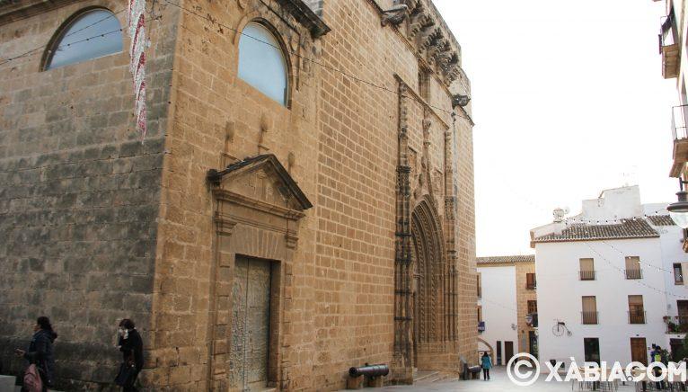 Vue latérale de l'entrée principale de l'église de San Bartolomé de Xàbia