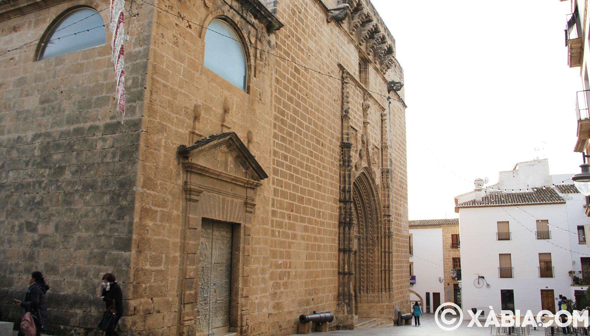 Vista lateral de la entrada principal de la iglesia de San Bartolomé de Xàbia
