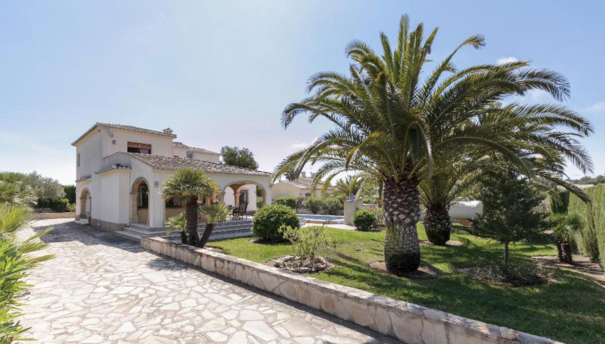 Exterior de un chalet para seis personas en alquiler en Jávea – Quality Rent a Villa