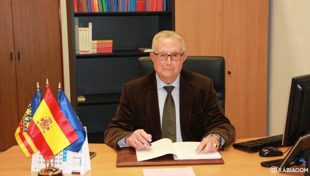 Imagen: Gabriel Sapena, juez de paz de Xàbia, en su despacho