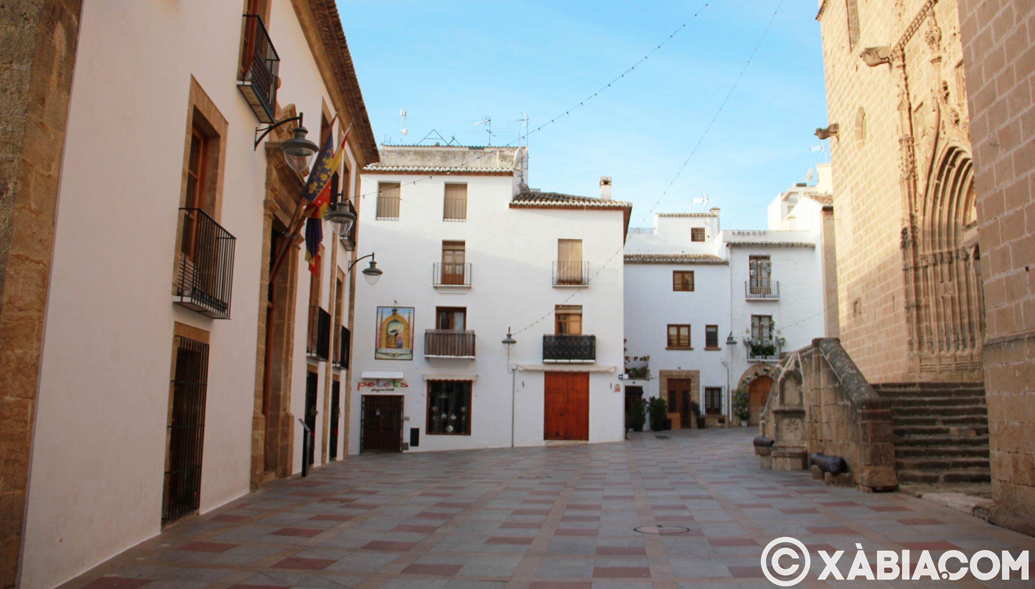 Iglesia de San Bartolomé frente al Ayuntamiento de Jávea