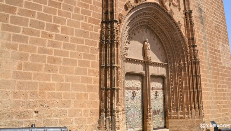 Portada de San Bartolomé, de estilo medieval, en la iglesia de San Bartolomé de Jávea