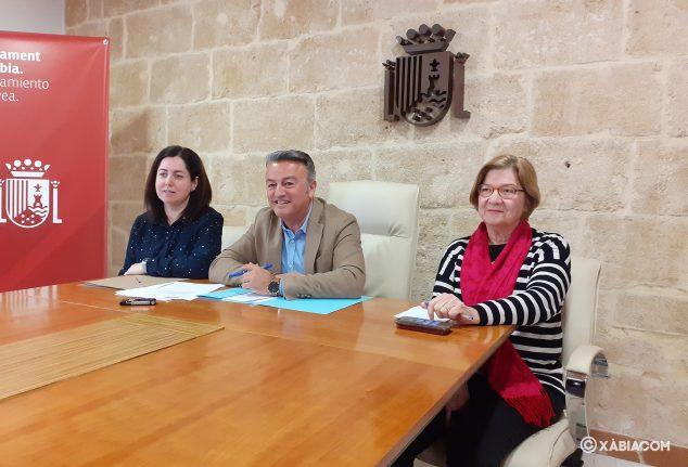 Afbeelding: José Chulvi met de burgemeester Montse en Isabel