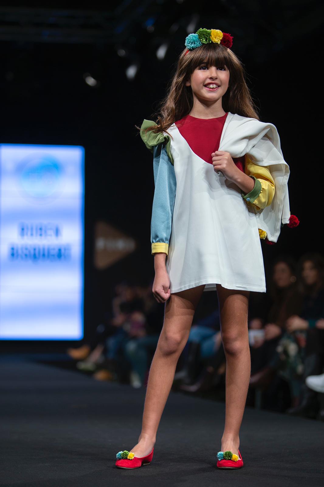 La joven modelo con el look diseñado y confeccionado por Rubén