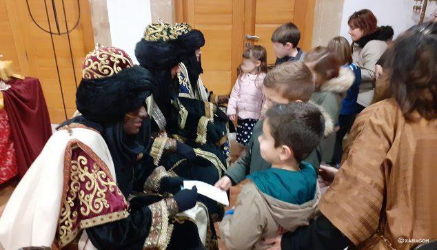 Afbeelding: De kleintjes bezorgen hun brieven