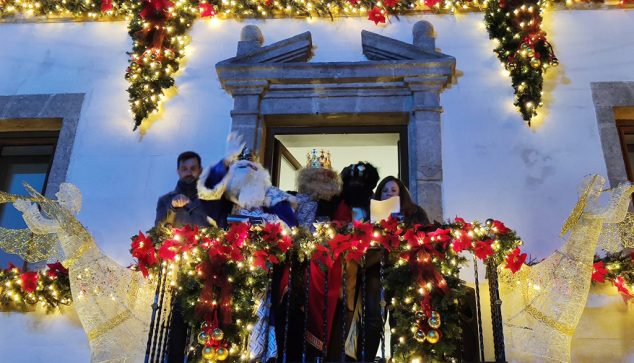 Image: The Three Kings greet from the balcony