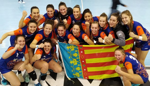 Imagen: María Cardona con sus compañeras de la Selección Valenciana Juvenil Femenina de balonmano