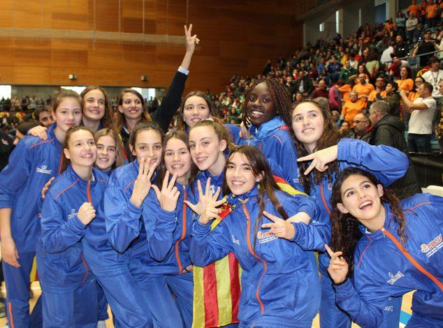 Imagen: Miriam Monfort con las chicas de la Selección Valenciana Infantil