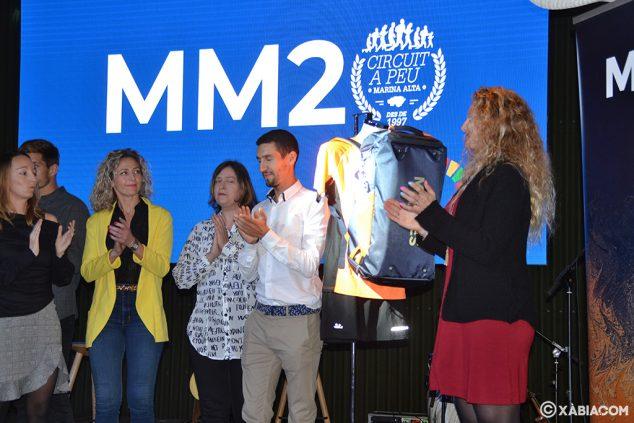 Imagen: Moha y Cristina mostrando la mochila regalo del Circuit