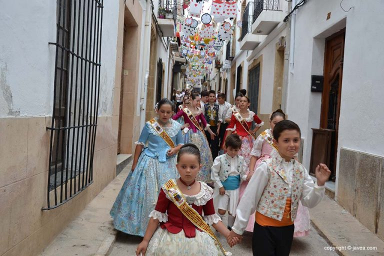Уличный парад украшенных улиц Fogueres 2019