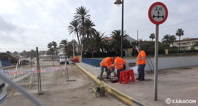 Imagen: Personal de Amjasa trabajando en las tuberías del Puente de Triana