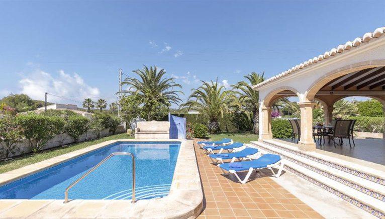 Piscine dans une villa en location de vacances à Jávea - Quality Rent a Villa